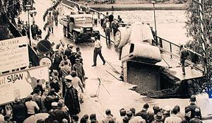 Poliskonstapeln i regncape - inköpt på Carl Ohlsons för egna pengar - är Olle Nygren. 1953 fick han hålla folkmassorna i chack när delar av Leksandsbron rämnade. OBS! Bilden är beskuren. Foto:AlfredHedlund