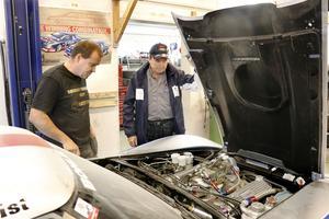 """Björn Zetterman och Anders Hultqvist visar motorrummet i en Corvette som de precis håller på att slutföra renoveringen av. """"Ett riktigt monster"""", konstaterar de."""