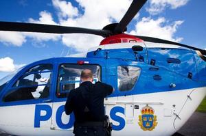 """Polishelikoptern används ofta när polisen behöver få god överblick, ta sig till svåråtkomliga ställen eller färdas snabbt. """"Det är ett jättebra verktyg"""", säger polisen Håkan Röstlund.   Foto: Håkan Luthman"""