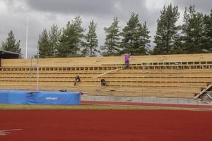 Läktarbygget inför friidrotts-SM är i full gång och snart ska det provisoriska taket på. Efter SM måste dock ett nytt permanent tak byggas