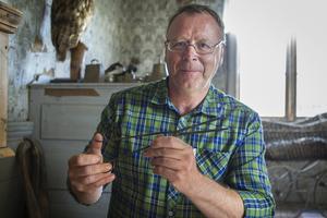 Karl-Erik Envall trivs med att visa hälsingegården Bommars för besökare.