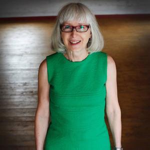 Rut Persson har med sin gröna klänning som hon köpte 1970 till hennes barns dop. – Man sydde mycket på den tiden, men den här köpte jag. Det var ett lättsytt tyg för det blev inte skrynkligt, säger hon.
