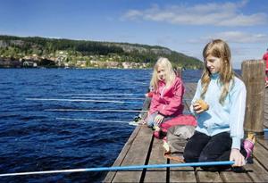 Ottilia Wallin Modica och Vera Holgén är två av Norra skolans elever som prövade fiskelyckan i Storsjön.