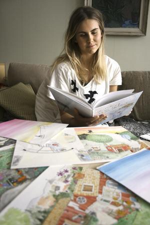 """Bilder blev bok. Barnboken """"Torstens resa ut i vida världen"""" började som Moa Lundholms projektarbete sista året på gymnasiet. Nu finns boken utgiven och på lördag visar Moa sina illustrationer under Noranatt."""