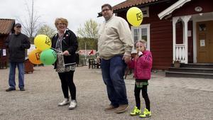 Ebba Strandberg med farfar Stefan fick ballong av Lena Eldståhl, LO-ordförande i Fagersta.