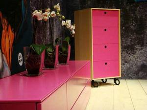 Ceriserosa kommer starkt som färg på möbler. De här färgstarka byråerna kommer från Voice.