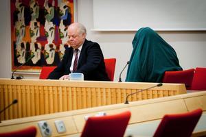 54-åringen i tingsrätten med sitt försvar, advokat Björn Henriques.