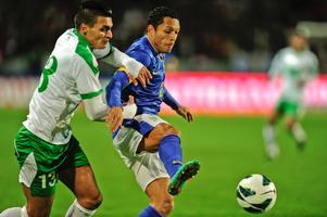 Ahmed Yasin, t v , här i kamp med Barcelonas Adriano i Iraks träningsmatch mot Brasilien i Malmö nyligen.