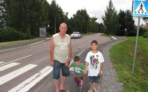 Bertil Bergvall med sönerna Kim och Kevin är kritisk mot farthöjningen till 60 kilometer i timmen på Rommevägen.-- Här springer skolbarn över vägen.Foto: KARIN SUNDIN