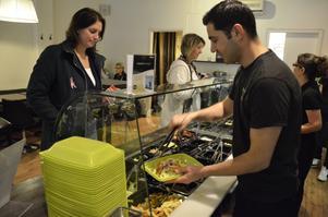 Atilla Dagdelen serverar sallad till en kund i sin nuvarande lokal. Om knappa halvåret blir det flytt till Bra hems förra lokaler.