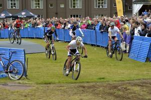 Emil Lindgren förvaltar det försprång som racerföraren Richard Göransson gett honom och paret vinner åter Cykelasasprinten.