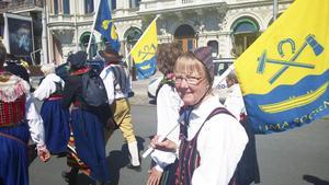 """Framme. """"Visst var det en härlig känsla att vara vid målet i Gamla stan"""", säger Kristina. Hennes flagga är från Lima socken."""