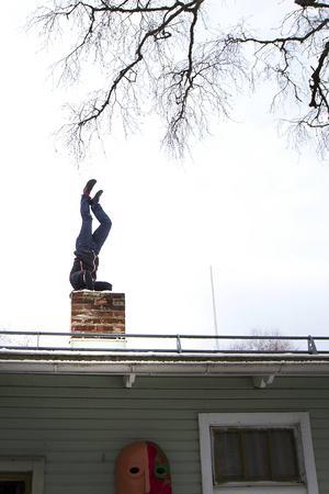 Peter Selander söker ständigt efter utmaningar, nu är det en baggis att stå på huvudet på skorstenen.