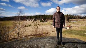 Anna Öqvist planerar för nya bostäder i Kallfors. På höjden i bakgrunden, mitt på golfbanan, ska det bli lägenheter.