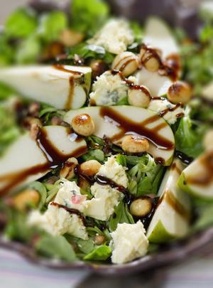 Macadamianötter har spännande konsistens och smak. Här har de fått lite röktoner och sätter fart på vintersalladen.