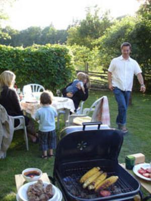 Småländsk sommarmiddag i det gröna med vännerna i familjen Huss.