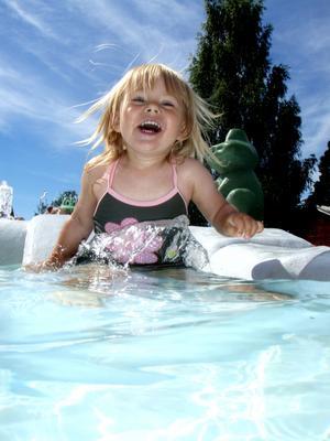 Elvira njuter av att doppa sig i barnpolen i Orsa.Det var kallt i vattnet och reaktionen blev därefter.