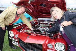 Vattholmaparet Göte och Kerstin Andersson visade upp deras stolthet, en Chevrolet modell Camaro från 1970.