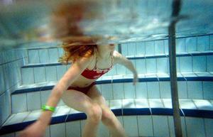 Josefin Rosell 7 år plaskar runt i vattnet innan det är dags att åka lite mera rutschkana.