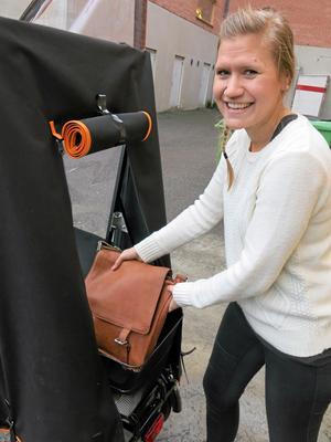 Torra väskor. Josefin Åkerström vid det bakre väderskyddade lastutrymmet.