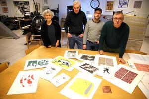 Några av medlemmarna i Orsa  konstgrafiska verkstad, Monika Wennergren, Lars G Holm, Martin Lysfoss Gunnerfeldt jobbar i verkstaden ibland och P-O Söderlund är ordförande i Orsa konstgrafiska verkstad.