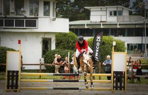 Här ser vi Sanna Nordvall, RK Östjämten med hästen Nils i klass 2 kategori lätt C-hoppningen.