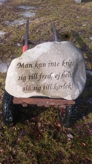 Ett kärleksbudskap från stenhuggaren Kristian Lund.