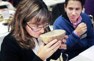 Lisa Eliasson doftar sig fram bland brödet och det är många beslut som tas innan vinnarna kan utses.