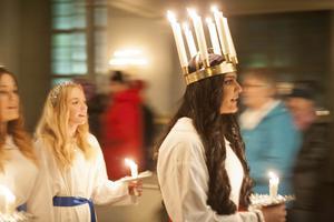 Prasamsa Aryal från Sveg blev Härjedalens lucia 2016. Här skrider hon in i Svegs kyrka under kröningen.
