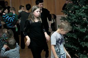 Nu är glada julen slut... På söndagen var det dags för julgransplundring i Edsbyns pingstkyrka. I två ringar pågick lekarna runt julgranen mitt på golvet.