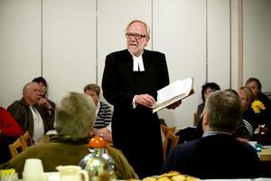 Kyrkoherde Lars Eriksson bläddrar i inventariepärmen och lovade heligt och dyrt att kyrkan ska säkerställa förvaringen på bästa sätt.
