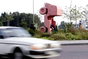 """Gnäll inte – läs på! """"Priapos trädgård"""" är en samtida symbol med anknytning till den omgivande trafiken, förklarar Konstcentrums Carl Bergström i ett debattinlägg i dag."""