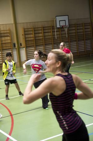 Rytmisk träning när instruktören Erika Persson lär ut en salsainspirerad dans.