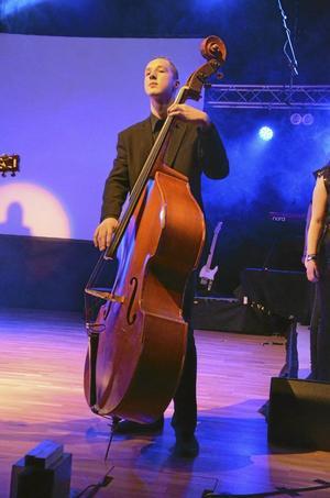 Musikalisk. Wiktor Helgesson både sjunger och spelar kontrabas.
