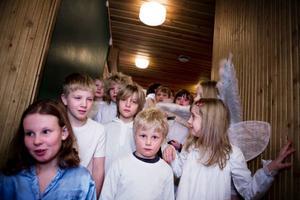 Strax innan föreställningen var det nervöst. Skådespelarna väntade i trappan innan de gick ut på scenen.