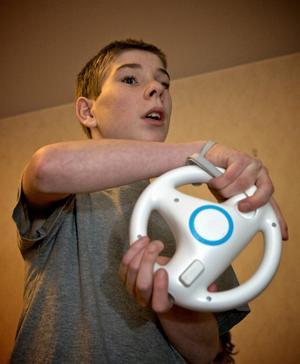 Den trådlösa ratten använder Jonathan till ett av spelen.