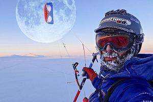 Ivan på fjället med sin snowkite. Månen är förstorad.