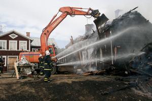 Bostadshuset kunde inte räddas, medan den närliggande byggnaden klarade sig från branden.