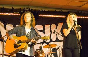 Cornelia Holgersson och Joakim Sandegård från Sandviken körde på med klassiska trubadurtoner.