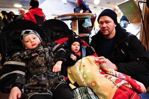 """""""Jag har själv jobbat på dagis för tio år sen, blir det för mycket barn blir det bara förvaring. Man lider med personalen om det ska bli mer barn. Tänk bara på ljudnivån"""", säger Magnus Kilhage som deltog i den tysta protesten tillsammans med barnen Oskar och Kajsa. Foto: Anneli ÅsénInga slagord hördes, när demonstranterna stod vid ingången till salen där politikerna skulle ha kommunfullmäktigemöte."""