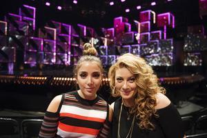 Det är återseendets glädje för Gina Dirawi och Sarah Dawn Finer som ledde Melodifestivalen tillsammans 2012.