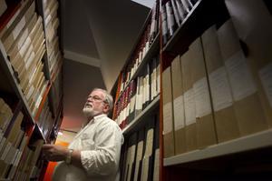 Arkivarie Åke Norberg hittar många uppgifter om fosterhemsplacerade barn i arkivet.