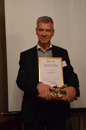 Socialförvaltningens chef Erik Grundberg med priset som Årets Arbetsgivare.