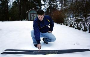 Magnus Nordin visar urfasningen på skidorna som ger ett bättre grepp i spåren.