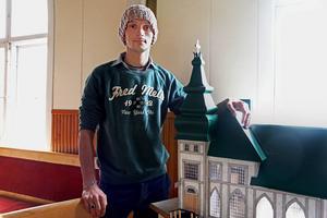 Vertil Zaha byggde byggnader i papper i hemlandet Albanien. Nu har han återupptagit sin hobby och har gjort en kopia av Filadelfiakyrkan i Junsele.