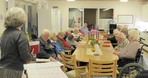 De boende på Lyssfallet är tacksamma för besök och lyssnar här till Gunnel Wåhlberg.