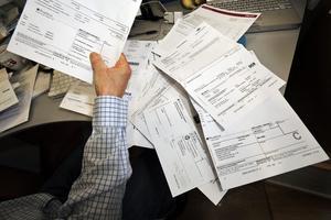 Plus och minus. Många hushåll har svårt att få ekonomin att gå ihop när det är dags att betala månadens räkningar. foto: scanpix