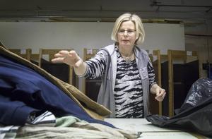 Ann-Britt Adolfsson sorterar kläder efter storlek, kön, sådant som ska strykas, vad som ska iväg och vad som ska ut i butiken.