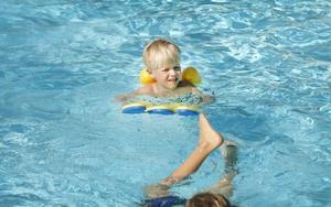 Vidar Eriksson tycker det har varit bra att gå på simskola, och har bland annat lärt sig att man inte ska bada ensam.