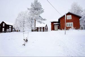 I tre år har Kaj och Birgitta bott i gården på den lilla höjden i Lorås. Det är en rofylld plats och Kaj tror att det beror på människorna som har bott där.